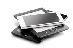 书读者片剂和电话在白色 免版税库存图片