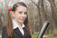 书e青少年女孩的阅读程序 库存照片