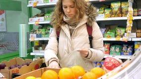 买一个柠檬和菜在熟食的妇女 影视素材