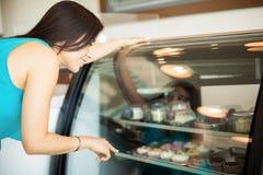 买一块杯形蛋糕在咖啡店 库存照片