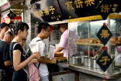 买中国薄煎饼的排队 免版税库存照片