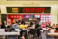 买中国食物的人们 免版税图库摄影