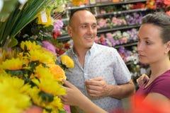买人造花的夫妇 图库摄影