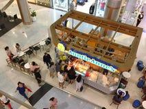买从安妮婶婶` s商店的许多人民一些食物 免版税库存图片