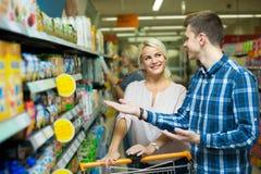 购买儿童食品的家庭 免版税库存图片