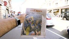买十字架报报纸的人宣布法国优胜者 股票录像