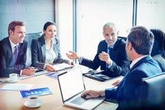 买卖人一起谈论在会议室 免版税库存图片