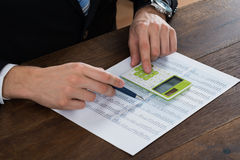 买卖人与会计凭证一起使用 免版税库存照片