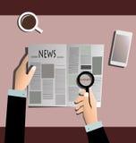 买卖人与放大镜的读书报纸 免版税库存图片