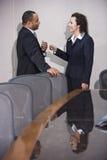 买卖人交谈不同种族 免版税库存照片