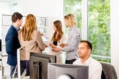 买卖人办公室工作 图库摄影