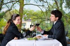 买卖人吃午餐在餐馆 免版税图库摄影