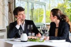 买卖人吃午餐在餐馆 库存照片