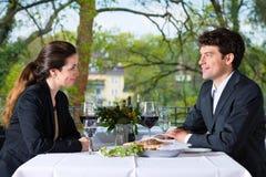 买卖人吃午餐在餐馆 免版税库存图片