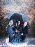 买卖人在一把伞以下 免版税库存图片