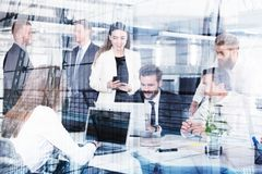 买卖人在互联网连接的办公室 合作和配合的概念 免版税库存图片