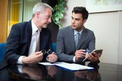 买卖人在工作在他们的办公室 免版税库存图片