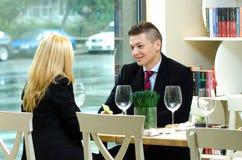 年轻买卖人在开的餐馆会议 图库摄影