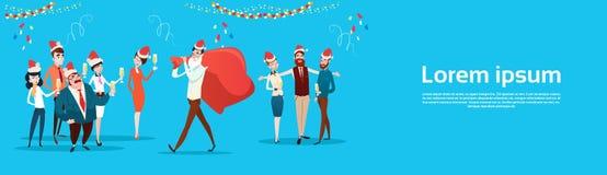 买卖人庆祝圣诞快乐和新年快乐办公室商人队圣诞老人帽子 免版税库存图片
