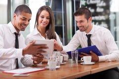 年轻买卖人开业务会议在咖啡店 免版税图库摄影