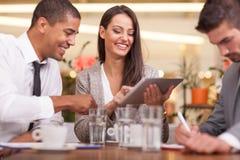 年轻买卖人开业务会议在咖啡店 免版税库存图片
