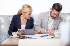 年轻买卖人开业务会议在咖啡店 免版税库存照片