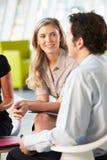 买卖人开会议在表附近在现代办公室 库存图片