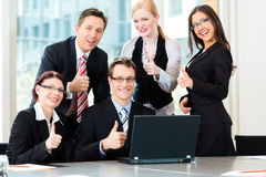 买卖人开小组会议在办公室 免版税库存图片