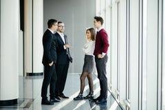 买卖人开非正式会议在窗口背景的现代办公室 库存图片