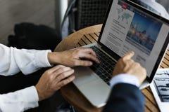 买卖人指向膝上型计算机显示器的工作手 库存图片