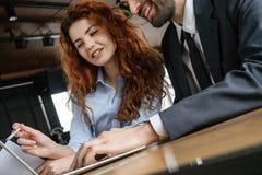 买卖人有工作午餐在餐馆开会读书文件在网上 免版税图库摄影