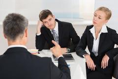 买卖人有论据在工作场所 免版税库存照片