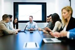 买卖人的图片开会议在会议室 库存照片