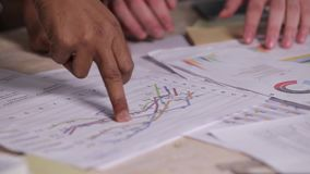 买卖人的特写镜头手有回顾的财政统计 影视素材