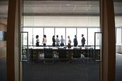买卖人立场和闲谈在见面前在会议室里 免版税图库摄影