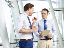 买卖人谈论事务在办公室 免版税库存照片