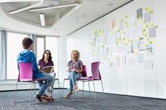 买卖人谈论在创造性的办公室空间 库存照片