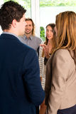 买卖人谈论在办公室 图库摄影