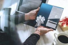 买卖人递拿着新的礼品券或信用卡, digita 图库摄影