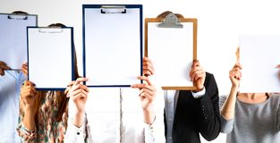 买卖人队拿着文件夹在白色背景隔绝的面孔附近 库存照片
