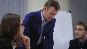 年轻买卖人队  他们与本文和图一起运作 在办公室 影视素材
