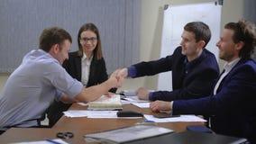 年轻买卖人队  他们与本文和图一起运作 在办公室 股票录像