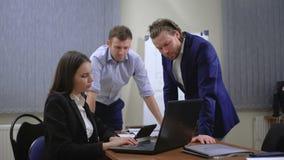 年轻买卖人队  他们与本文和图一起运作 在办公室 股票视频