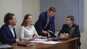 年轻买卖人队  高兴成功 在办公室 计划被执行 股票录像
