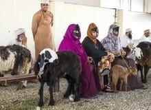 买卖山羊的人们在市场上 库存照片
