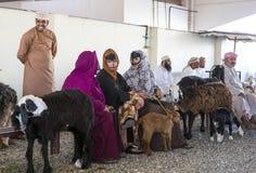 买卖山羊的人们在市场上 免版税库存图片