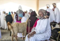 买卖山羊的人们在市场上 免版税图库摄影