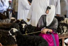 买卖山羊的人们在市场上 免版税库存照片