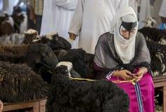 买卖山羊的人们在市场上 库存图片