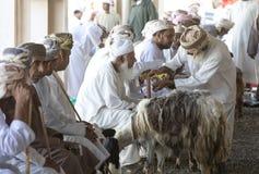 买卖山羊的人在市场上 库存照片